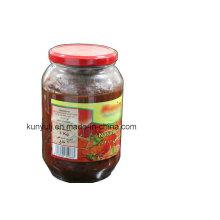 Pâte à la tomate dans un pot en verre avec une qualité élevée