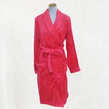 Flauschiger Pyjama mit roter Robe