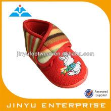 Zapato de bebé lindo del paño de terry