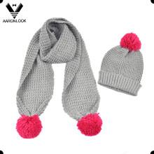 Cachecol morno e chapéu do inverno da menina com Pompom
