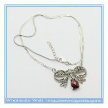 O projeto o mais atrasado 925 prateiam a colar do pendente da forma da borboleta com rubi