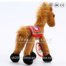 Brinquedos de pelúcia mecânicos em pé e cantando cavalo de pelúcia