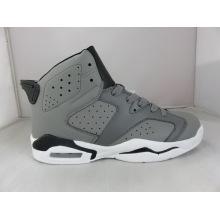 Los zapatos de baloncesto grises ahuecan hacia fuera la zapatilla de deporte