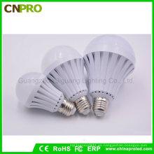 Amplia gama de voltaje E27 5W 7W 9W 12W LED Smart Bombilla de iluminación de emergencia