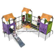 Espace de jeux pour enfants avec équipement d'escalade extérieur