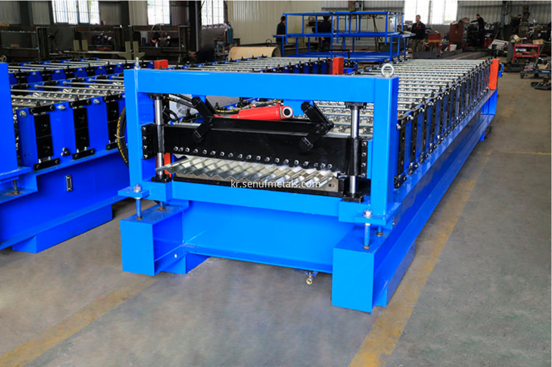 Corrgated roof sheet forming machine
