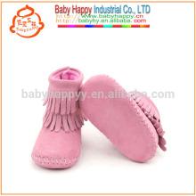 Los mocasines de cuero verdaderos del bebé lindo calzan los cargadores infantiles del tobillo del niño