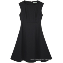 Носите черное офисное женское платье длиной до колен