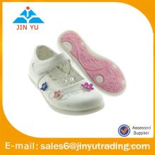 Zapatos dulces de la muchacha con las flores