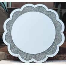 Зеркало в форме цветка с бриллиантами