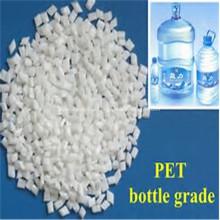 Прозрачные хлопья для домашних животных в горячей мытой бутылке