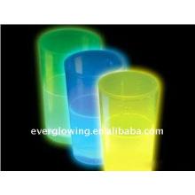 tasse en plastique briller dans le noir