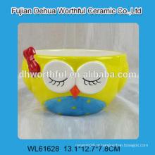 A coruja deu forma à bacia cerâmica na cor brilhante para a venda