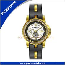 Relógio de quartzo das senhoras do aço inoxidável novo do estilo na moda com partes de aço da faixa de Slicone no silicone.