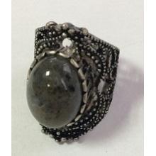 Anneau de métal de dentelle noire avec un bijou