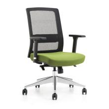 Der Bürostuhl mit hoher Mesh-Rückenlehne und bequemen Sitzen