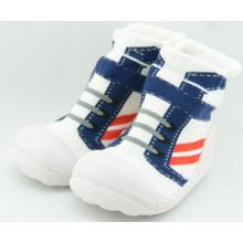 Los nuevos calcetines del bebé del niño de la llegada con los únicos calcetines de goma calzan los zapatos