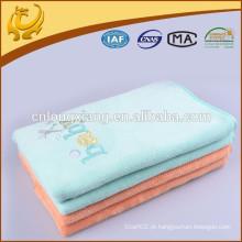 Manta de recém-nascido feito à mão com costura de algodão de cores puras com bordado