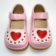 Rosa Baby Schuhe mit rotem Herz