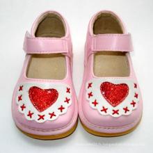 Chaussures roses pour bébé avec coeur rouge