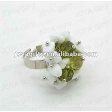 Enrouler des anneaux avec de la pierre de jet blanc Jade