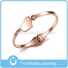 Diseño de brazalete de moda de lujo de alta calidad encantador corazón colgante llano tornillo de acero inoxidable diseño del brazalete para mujeres