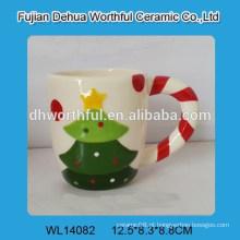 Caneca cerâmica bonita da árvore de Natal