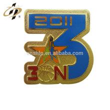 Insigne promotionnel de bouton de sport en métal de basket-ball en émail cadeau promotionnel