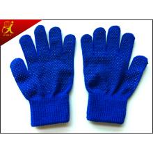 Зимой девушки красивые теплые перчатки
