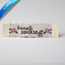 Étiquette tissée par logo coloré fait sur commande de beauté pour des vêtements de femme