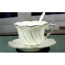 Tasses en céramique avec cuillère et plateau pour cadeaux