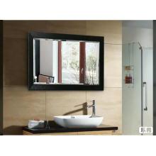 Настенное зеркало для ванной в прямоугольной оправе