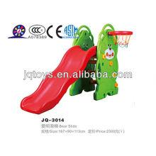 Equipo animal al aire libre encantador de la diversión de la diapositiva del juego