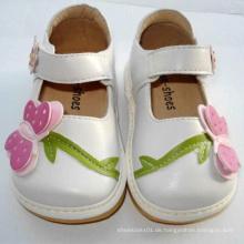 Sehr nette weiße große Schmetterlings-Kleinkind-Schuhe Quietschende Schuhe