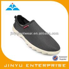 Los zapatos calientes del agua de los hombres de la venta