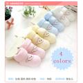 Sapatas de bebê coloridas das peúgas do bebê para o inverno
