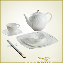 Vajilla china con líneas en relieve con rayas doradas