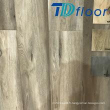 Chêne en bois profond avec plancher en vinyle WPC à l'intérieur