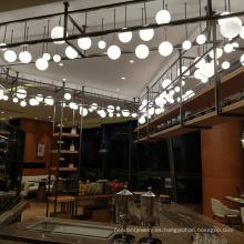 El vestíbulo del hotel moderno que cuelga los granos de cristal de cobre de la bola blanca llevó las luces de la lámpara