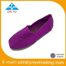 Las mujeres tejen los zapatos superiores