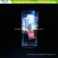 Cubos de hielo que destellan LED del sensor al por mayor del agua que brillan intensamente la decoración potable para la boda de la fiesta del evento