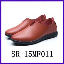 Simple PU injeção sapatos deslizamento sapatos para os homens