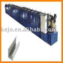 Machine à formater des rouleaux pour tube à eau carrée