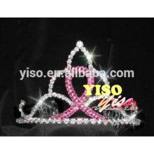 Einzelne rosa Bandart und weise Kristalltiara
