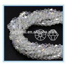 Perles de bicone cousues sur une robe de mariée en perles de cristal