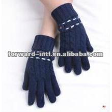 Junge Frauen arbeiten Kaschmir-Handschuhe