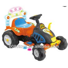 Дети катаются на электромобилях