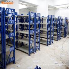 bastidores de almacén de servicio medio cubiertos de polvo para piezas de repuesto