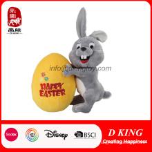 Juguete modificado para requisitos particulares del conejito de pascua de la felpa del peluche con el huevo