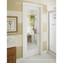Porta de madeira do abanador branco do banheiro com o espelho de vidro claro